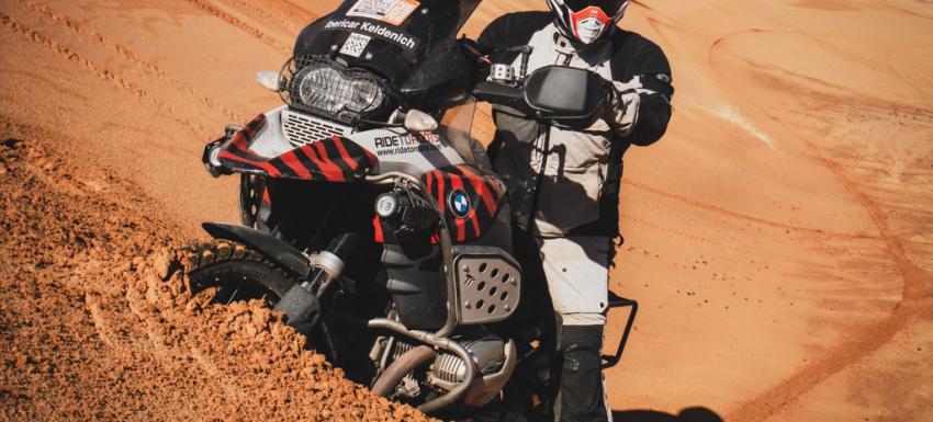 En las dunas del Erg Chebbi, Marruecos, en moto BMW R1200 GSA